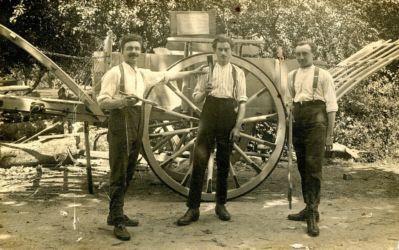 Carte postale représentant 3 artisans de Billio