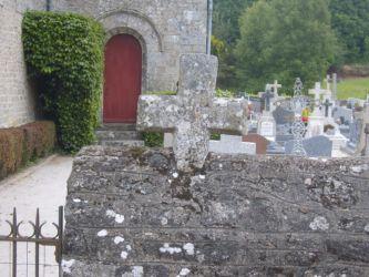 Croix sur le mur du cimetière